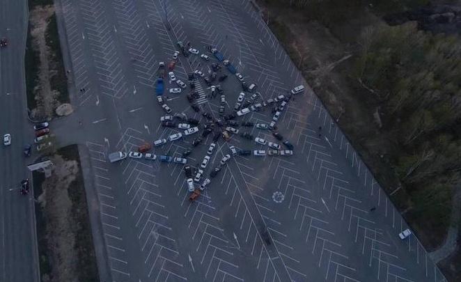 Челябинцы выстроили фигуру Вечного огня из машин. Посмотрите на это с высоты птичьего полета