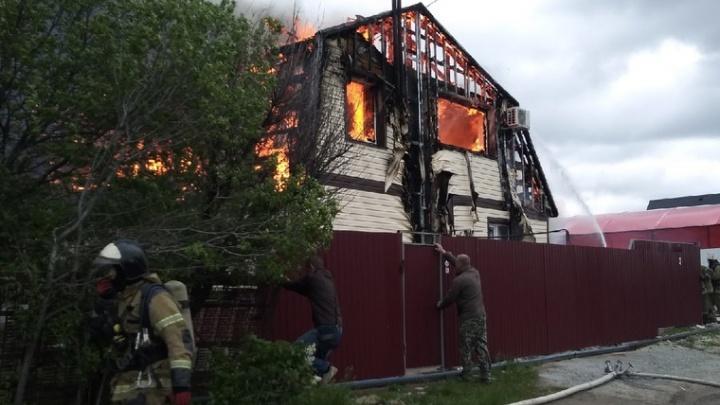 «Соседи пытались вытащить газовые баллоны»: на юге Волгограда вспыхнул частный дом