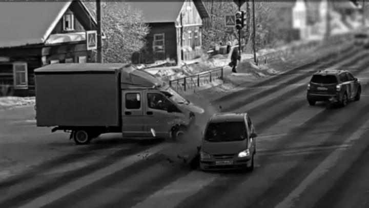 Вылетел на желтый свет: кто виноват в спорном архангельском ДТП, вкотором пострадали три автомобиля