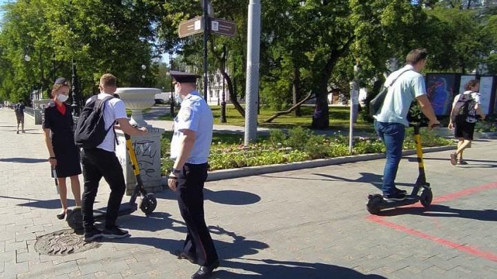В Екатеринбурге взялись за самокатчиков. Полицейские останавливают их для проверки