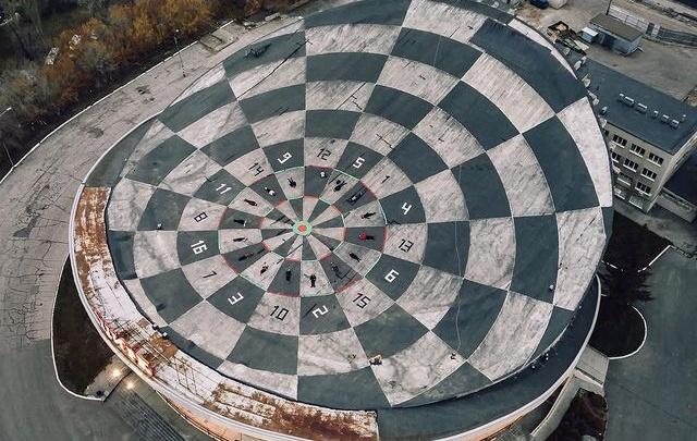 Художник Вредитель Ли превратил крышу самарского цирка в поле для дартса