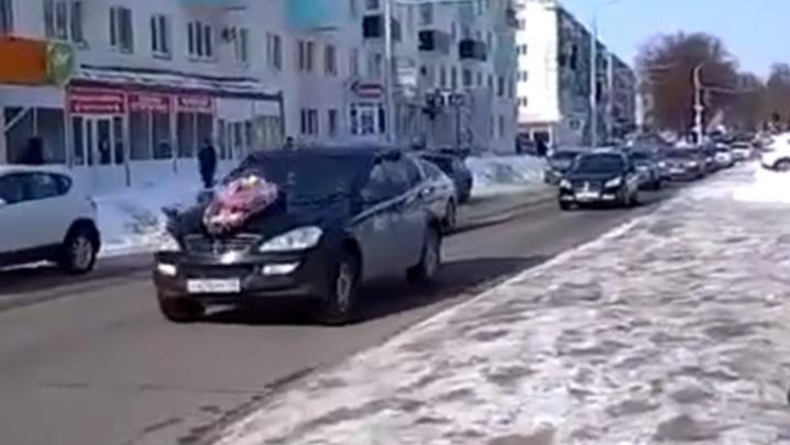 В Башкирии «похоронили» службу такси «Везёт», очевидцы сняли видео