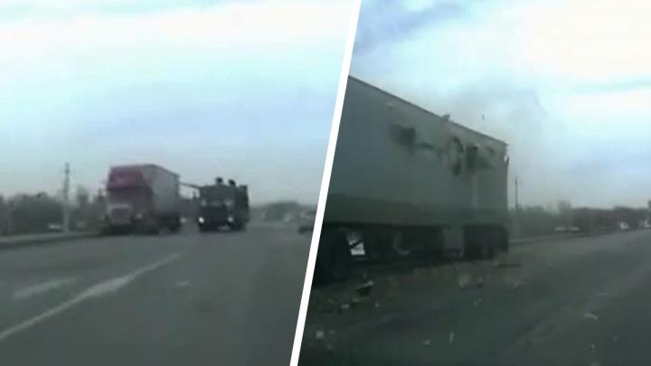 Появилось видео с моментом аварии на Ордынском шоссе, где танк продырявил фуру