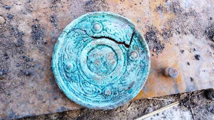 Захоронение времен II века нашей эры: в Курганской области при раскопках нашли бронзовое зеркало