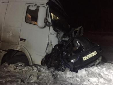 На трассе под Омском фура снесла иномарку — погибли двое