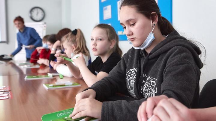 «Сортируем мусор — помогаем природе!»: в Красноярске прошел экоурок для детей из приемных семей