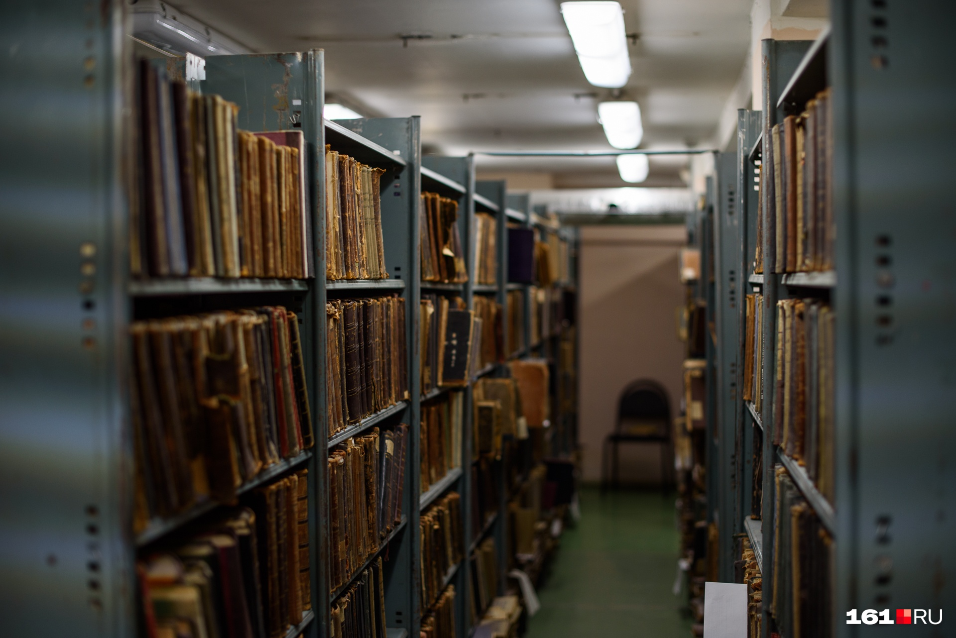 В библиотеке есть и книга-гигант, но выносят ее на обозрение редко, чтобы не повредить. Весит 30 килограммов, формат — 96 на 64 сантиметра