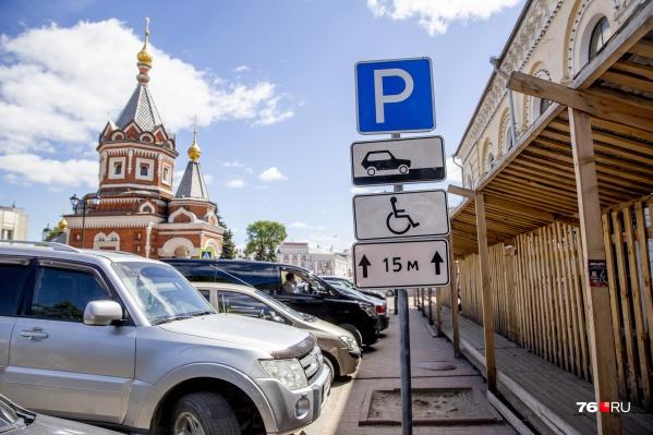 Ежедневно в центре десятки автомобилистов решаются на жесткие нарушения правил парковки