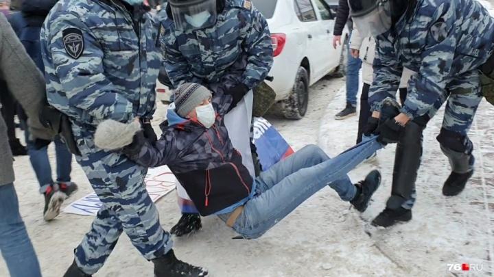 «А если вас—так?»: репортаж из Ярославля, где на шествии за Навального ОМОН жестко задерживал протестующих