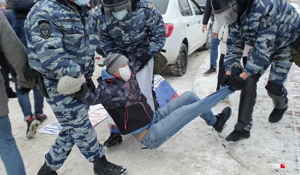 Задержанных участников шествия запихали в автозак