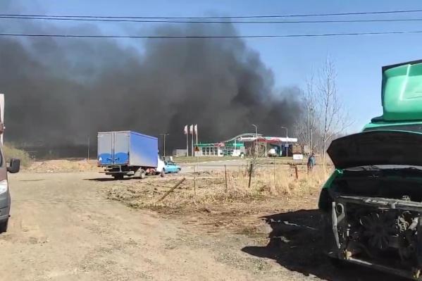 Водители испугались черного дыма, показавшегося из-за заправки