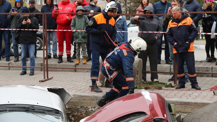 Камеры зафиксировали, как машина начала проваливаться в яму на Фрунзе. Смотрим видео