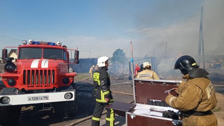 Жилые дома эвакуировали. Под Екатеринбургом произошел крупный пожар
