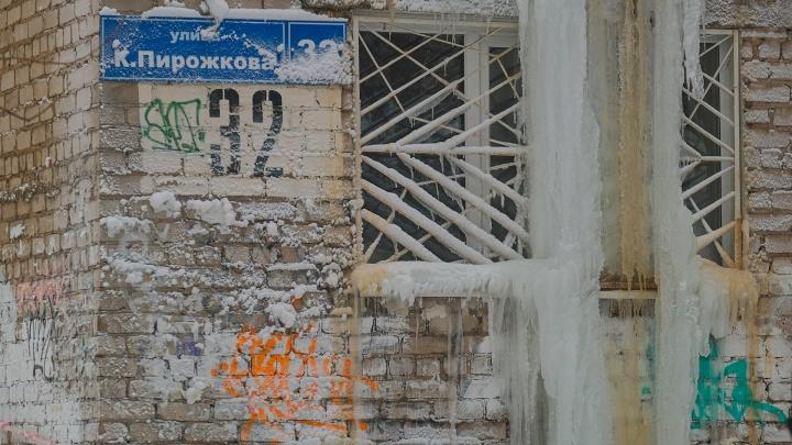 Вода хлынула снаружи стены. В Перми из-за аварии пятиэтажный дом превратился в ледяную глыбу