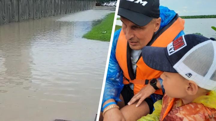«Микроавтобус чуть не смывало»: очевидец рассказал о страшном потопе в Анапе