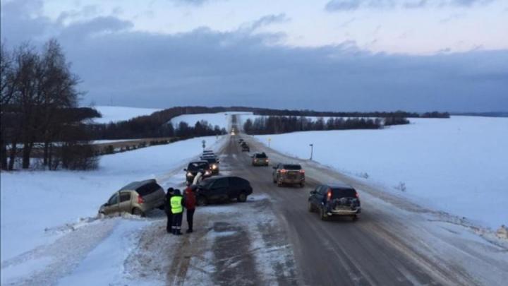 В Башкирии столкнулись две легковушки. Водитель Volkswagen Polo скончался на месте