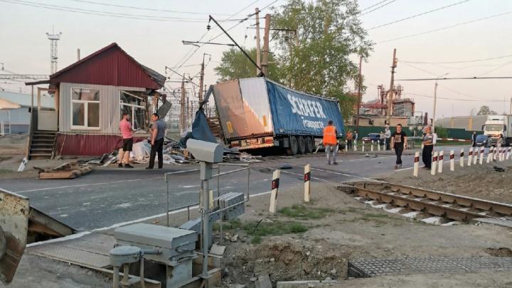 В Богдановиче фура влетела в железнодорожный пост. Тюменский тракт встал в огромную пробку
