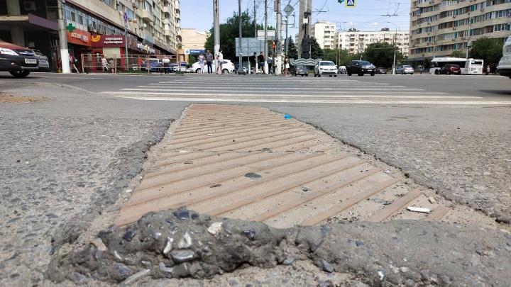 «Пенсионерка была вся в крови»: в центре Волгограда пешеходов калечат ямы на тротуарах