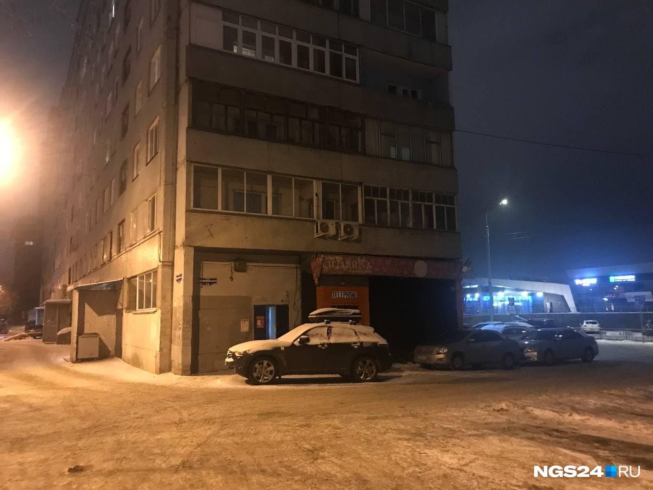 Жильцы говорят, что погибший был заслуженным работником творческой профессии, но вот близких родственников в городе у него не осталось