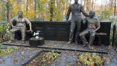 """Отстреливали семьями: рассматриваем роскошные могилы тольяттинских бандитов, умерших в <nobr class=""""_"""">90-е</nobr>"""