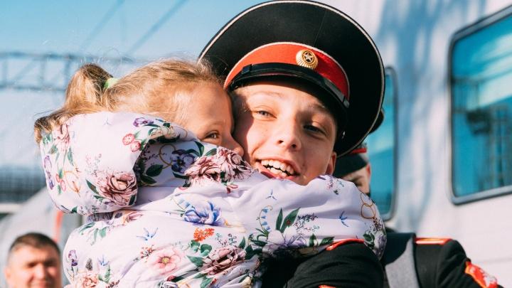 Омские кадеты вернулись из Севастополя: как выглядела встреча с родителями после года разлуки