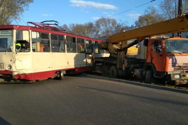 При ударе пострадали две женщины, которые ехали в трамвае