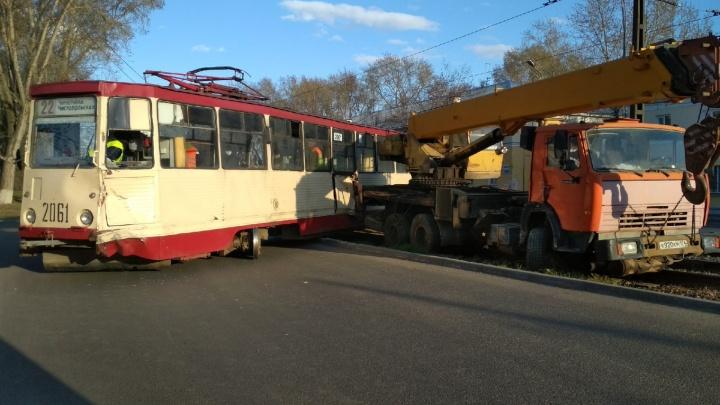 После столкновении автокрана и трамвая в Челябинске в больницу увезли двух пассажирок