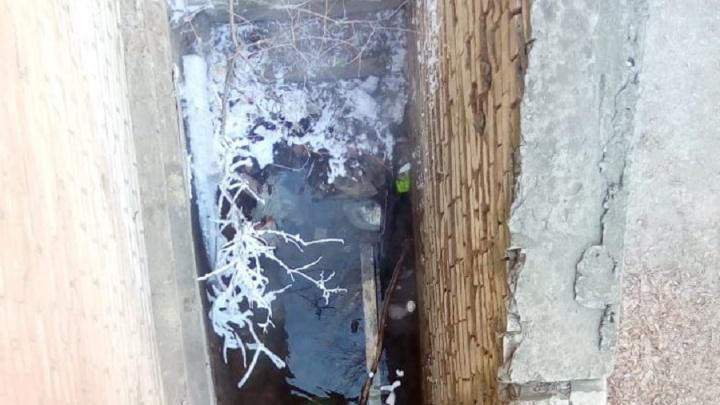 «Воды по грудь, нам просто страшно!»: в Волгограде подвал двухэтажки заливает кипятком