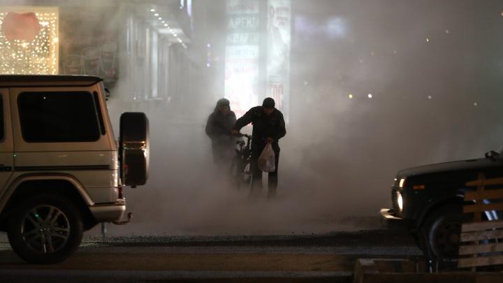 На проспекте Димитрова из-под асфальта забил фонтан с кипятком — в яму провалилась машина