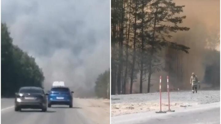 Из-за сильного пожара перекрыли дорогу из Тюмени на Омск