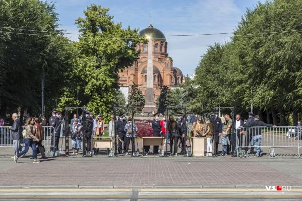 Вход на площадь Павших Борцов — через рамки металлоискателей
