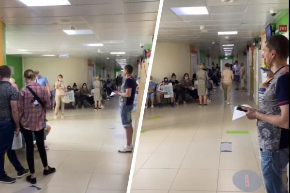 Со слов автора ролика, люди стоят уже несколько часов в прививочный кабинет