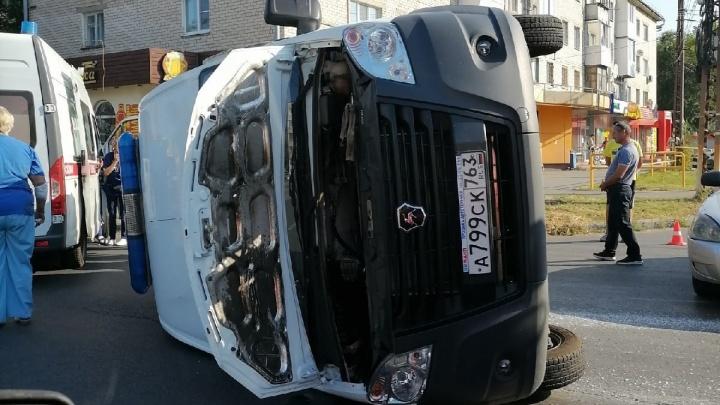 Пострадали медики: в Центральном районе Тольятти у «Буревестника» перевернулась скорая помощь