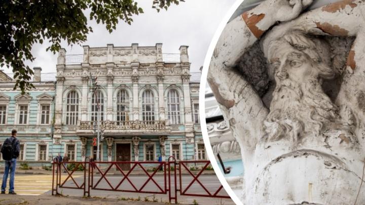 «Требует расходов»: в Ярославле продадут знаменитый дом с атлантами