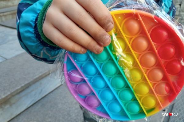 Даже маленькие дети выпрашивают такие игрушки у родителей — просто потому, что они есть у всех. На фото, кстати, поп-ит