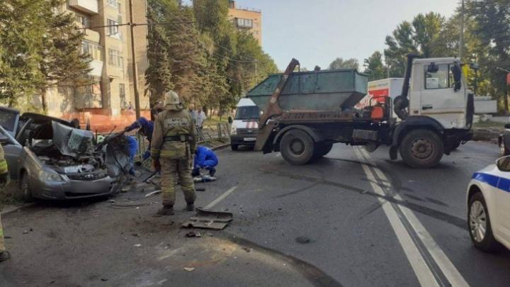 Стали известны подробности смертельного ДТП с мусоровозом и легковушкой в Самаре