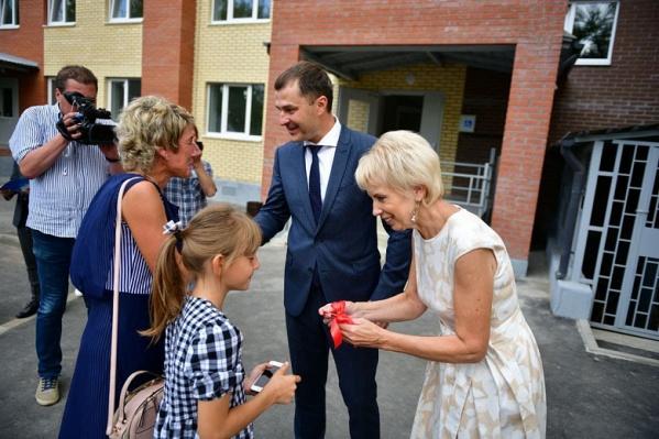 Ключи жильцам вручали лично мэр Ярославля Владимир Волков и депутат облдумы Лариса Ушакова