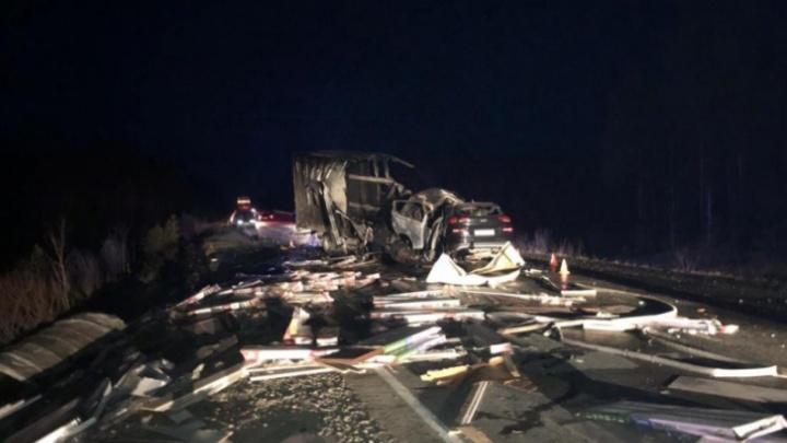 В ХМАО погиб екатеринбуржец. Он сгорел в грузовике после лобового ДТП