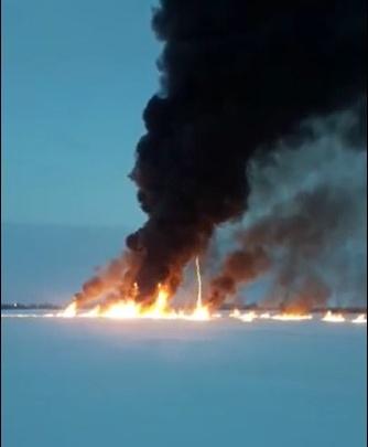 Из-за протечки на трубопроводе «СибурТюменьГаза» больше 10часов горит Обь — видео мощного пожара