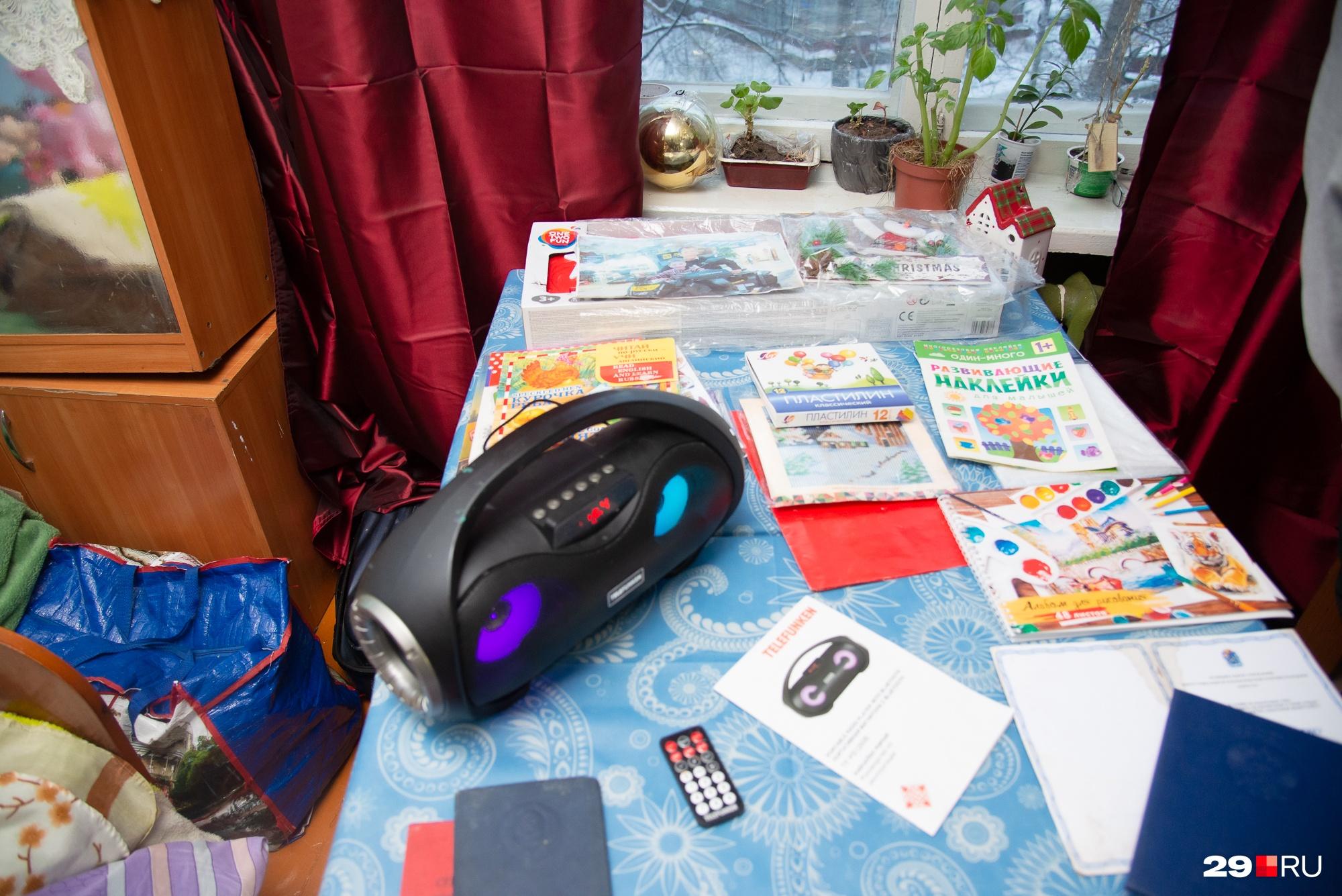 Для досуга ребенка в квартире есть учебные пособия и игрушки