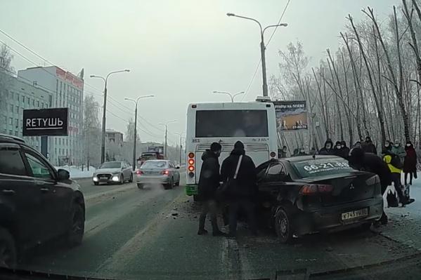 Всё произошло за секунды: после столкновения пассажиры автобуса сразу вышли на улицу