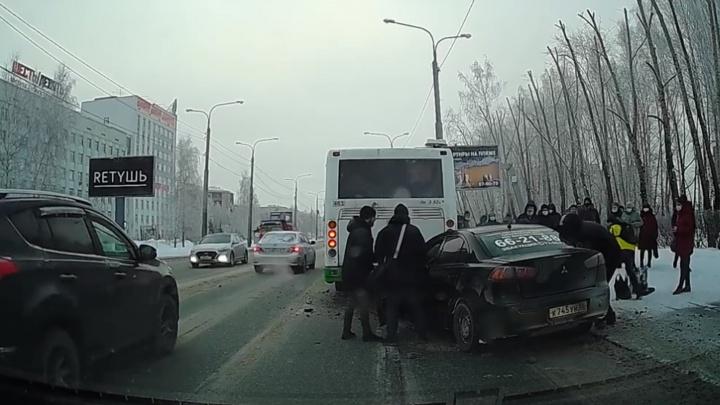 Первые секунды смертельного ДТП иномарки савтобусом наРеспублики попали навидео