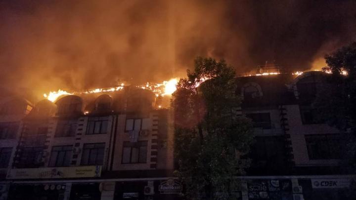 В Горячем Ключе произошел крупный пожар в пятиэтажке, из дома эвакуировали 100 человек