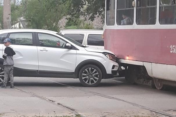 В Волгограде водитель Lada въехал в трамвай. Движение общественного транспорта парализовано