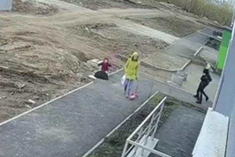 Мама и прохожие помогли девочке выбраться