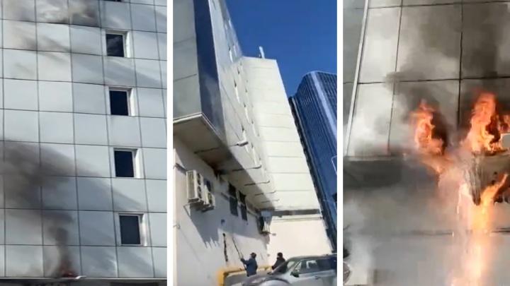 Дым валил из-под стены: начало крупного пожара у ТОЦ «Скала» сняли на видео