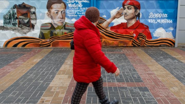 «Связь поколений»: портреты Героев Советского Союза и 18-летней волгоградки появились на заборе в центре города