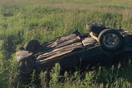 Двое погибли на месте: в Ярославской области на трассе перевернулась легковушка