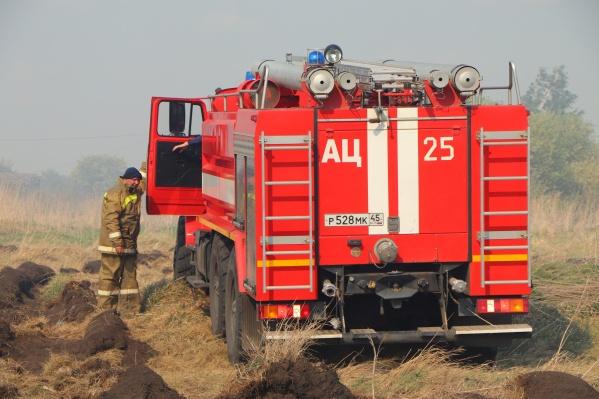 В Зауралье боролись с очередным пожаром возле поселка