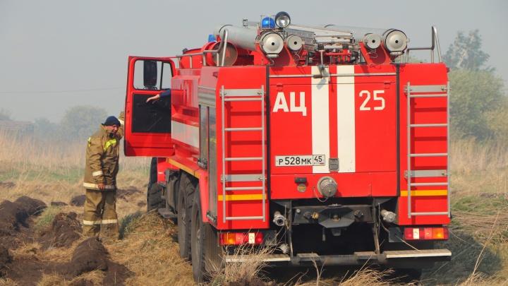 Огонь остановили в 500 метрах от поселка: в Зауралье потушили крупный пожар